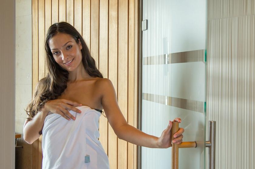 Miss Austria - Sauna - John Harris Fitness